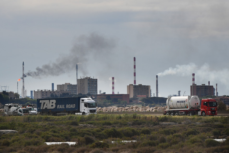 Une photo prise le 2 mai 2018 montre la zone industrielle de Lavera à Martigues.