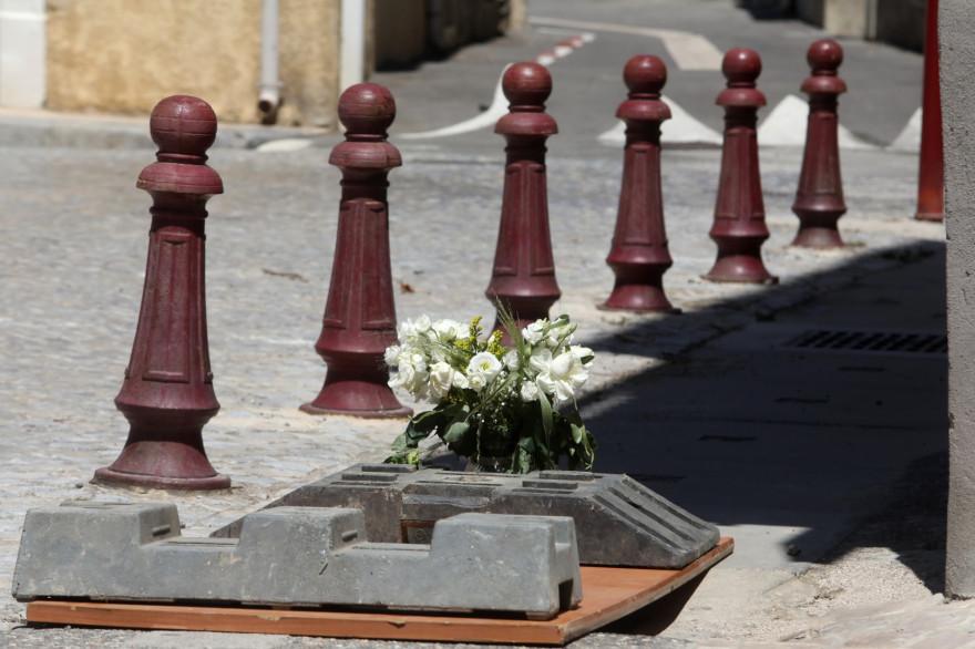 Des fleurs ont été déposées près de la bouche d'évacuation d'eau de pluie où a été retrouvée la victime à Peyriac-de-Mer.