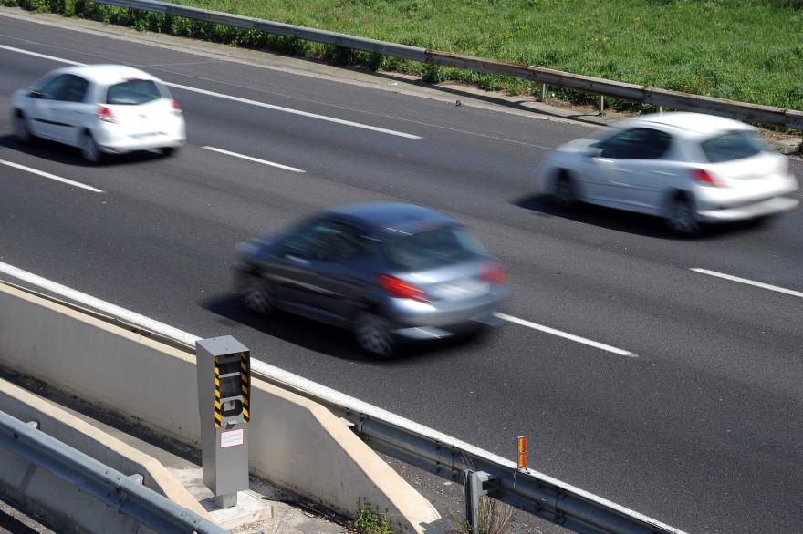 Des voitures sur une autoroute (illustration)