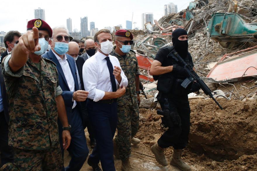 Emmanuel Macron, entouré de militaires libanais, sur le site de la double explosion de Beyrouth, le jeudi 6 août 2020.