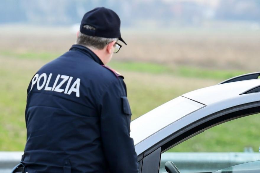 Un policier italien parle à un automobiliste le 23 février 2020 (Illustration).
