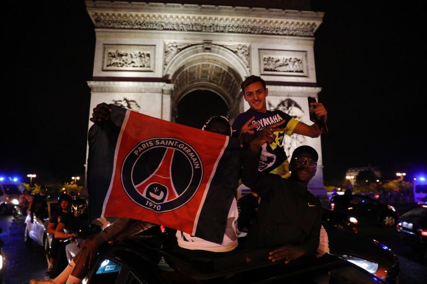 Les supporters du Paris Saint-Germain ont fêté sur les Champs-Élysées la qualification du PSG en finale de la Ligue des champions le 18 août 2020.