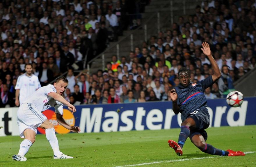 Le 27 avril 2010, l'OL d'Aly Cissokho (droite) s'était incliné 0-3 à Gerland contre le Bayern d'Ivica Olic (gauche).
