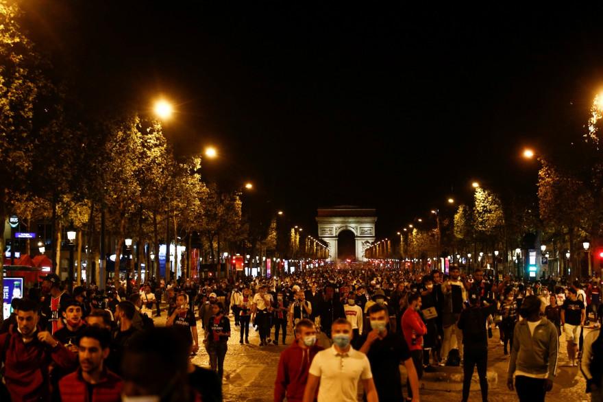 Des supporters du PSG rassemblés sur les Champs Élysées