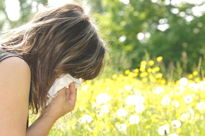 Une femme allergique au pollen