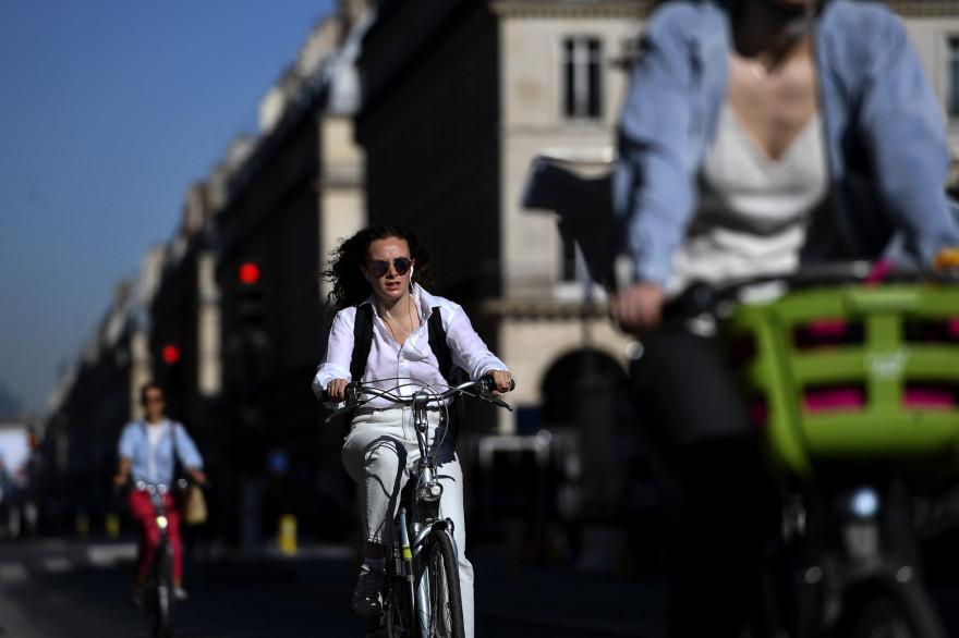 Des cyclistes sur la rue de Rivoli à Paris pendant la pandémie de Covid-19