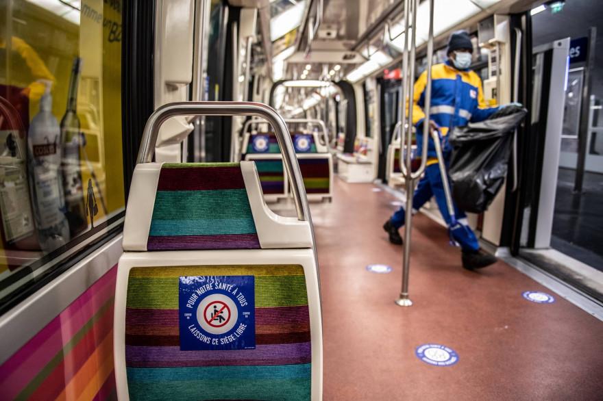 Une rame de métro pendant la crise sanitaire, à Paris