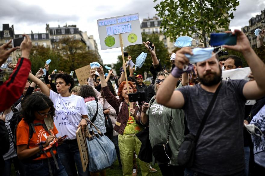 Des manifestants rassemblés samedi 29 août 2020 à Paris pour protester contre le port du masque