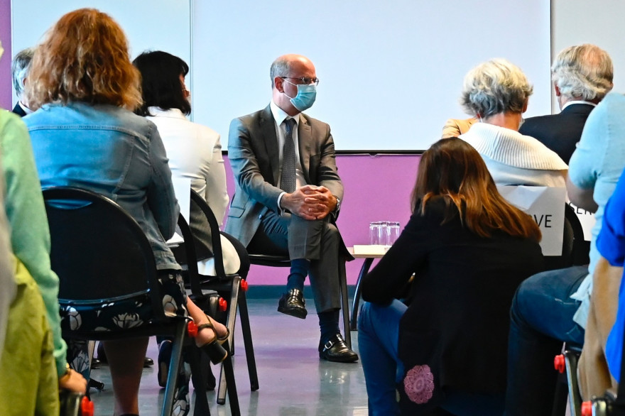 Le ministre de l'Éducation nationale Jean-Michel Blanquer rencontre des professeurs le 31 août 2020 à Château-Gontier