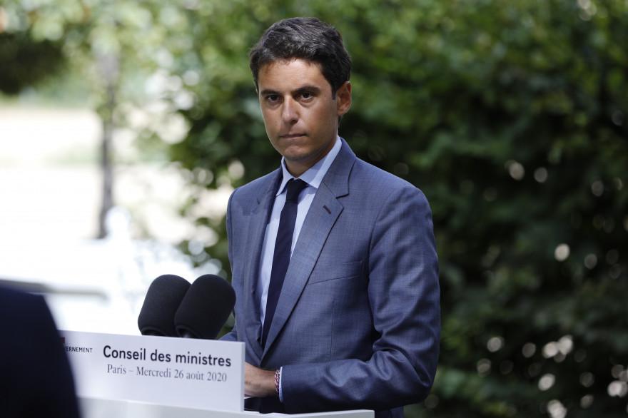 Le porte-parole du gouvernement Gabriel Attal le 26 juillet 2020 dans le jardin du palais de l'Élysée
