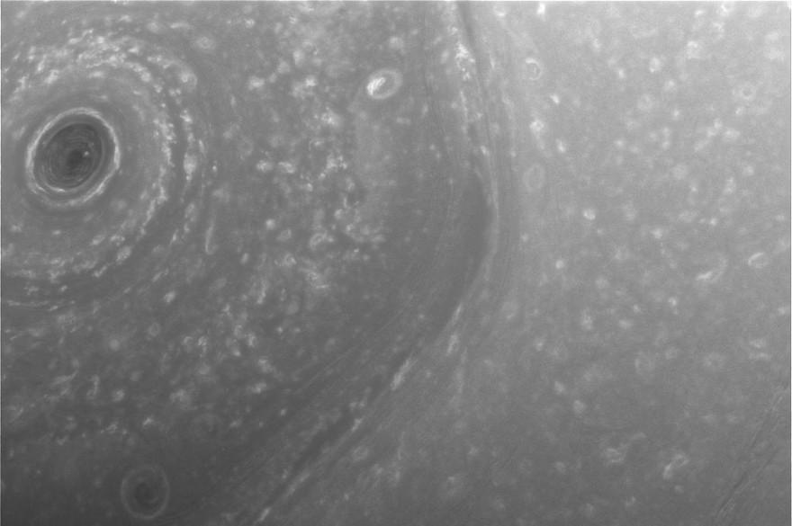 Une image du pôle nord de Saturne capturée par la sonde Cassini.