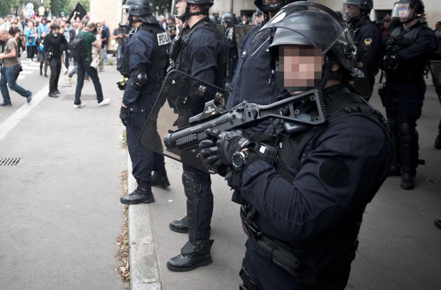 Un policier équipé d'un Flash-Ball, en juin 2016