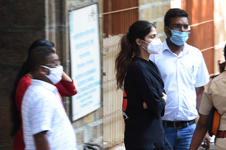 Rhea Chakraborty, actrice de Bollywood, arrêté le 8 septembre 2020 à Bomday après le suicide de son ex-petit ami Sushant Singh Rajput