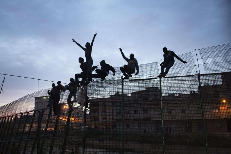 Des migrants tentent de passer la frontière espagnole à Ceuta, enclave au Maroc.