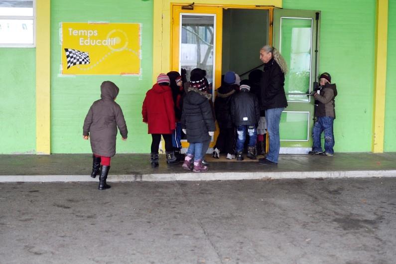 Des élèves d'une classe de primaire rentrent d'une récréation dans une école du groupe scolaire de Brossolette le 15 février 2013, à Mulhouse