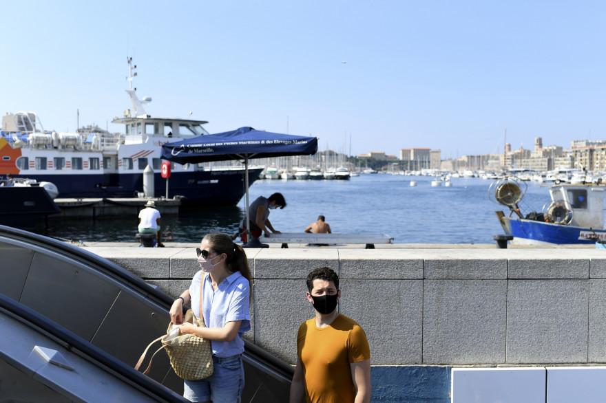 Des piétons masqués sur le  Vieux-Port de Marseille