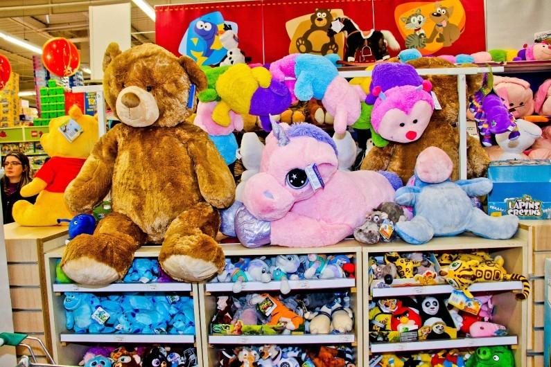 Des jouets en peluche dans un magasin de jouets