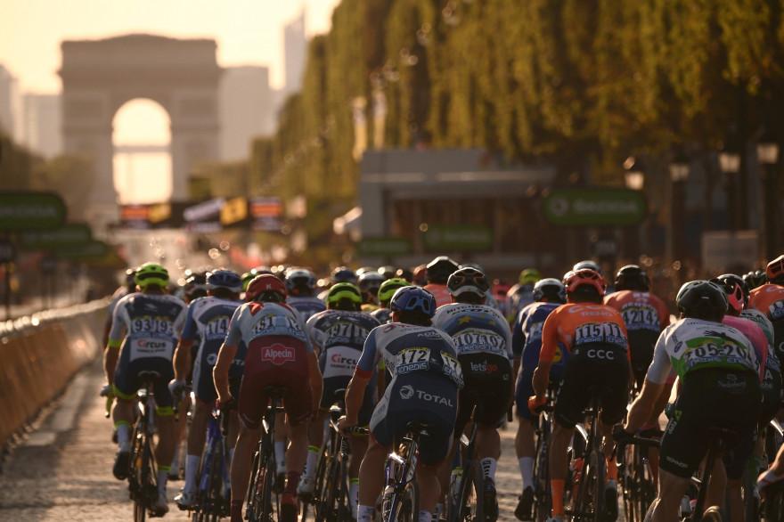 Le peloton du Tour de France sur les Champs-Élysées le 28 juillet 2019