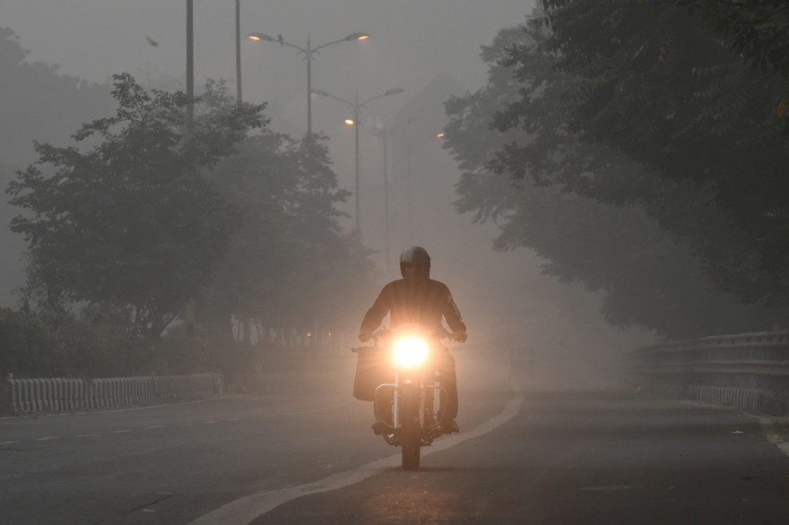 Un motard roule la nuit (image d'illustration)