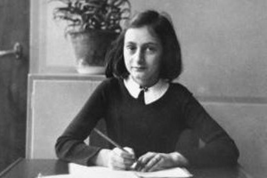 Anne Franck, âgée de 12 ans, sur les bancs de son école d'Amsterdam en 1940