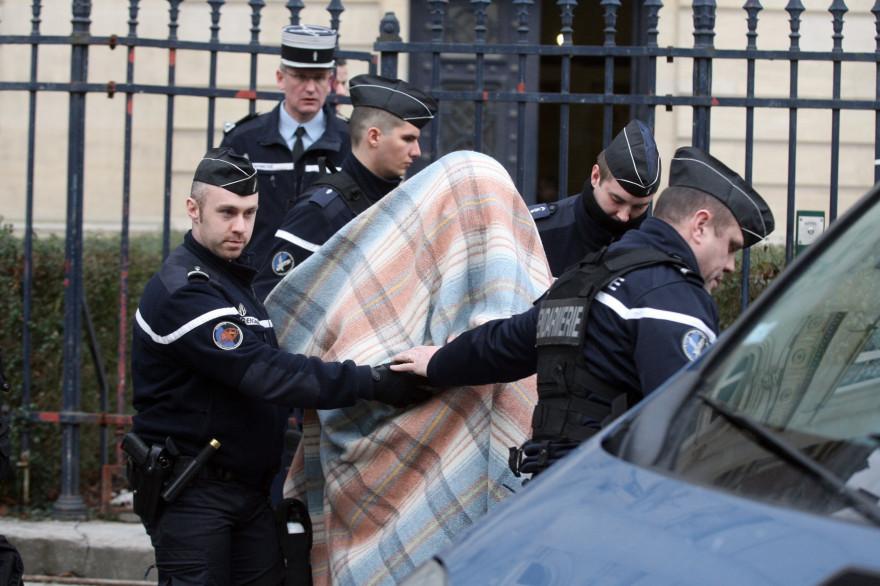Willy Bardon, mis en examen pour le meurtre et le viol d'Elodie Kulik, escorté par des gendarmes.