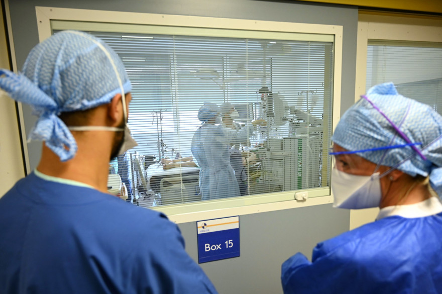 Des personnels de santé à l'hôpital public de La Timone, le 25 septembre 2020 à Marseille.