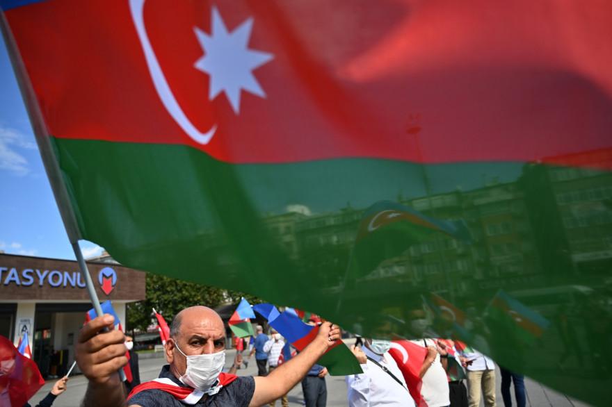 Un manifestant tient un drapeau de l'Azerbaïdjan lors d'une manifestation de soutien à Bakou en conflit avec l'Arménie, à Istanbul, le 1er octobre 2020.