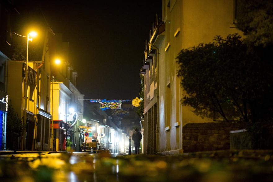 Un homme marchant dans la rue avant le passage de la tempête Alex à Quiberon (Morbihan), le jeudi 1er octobre.