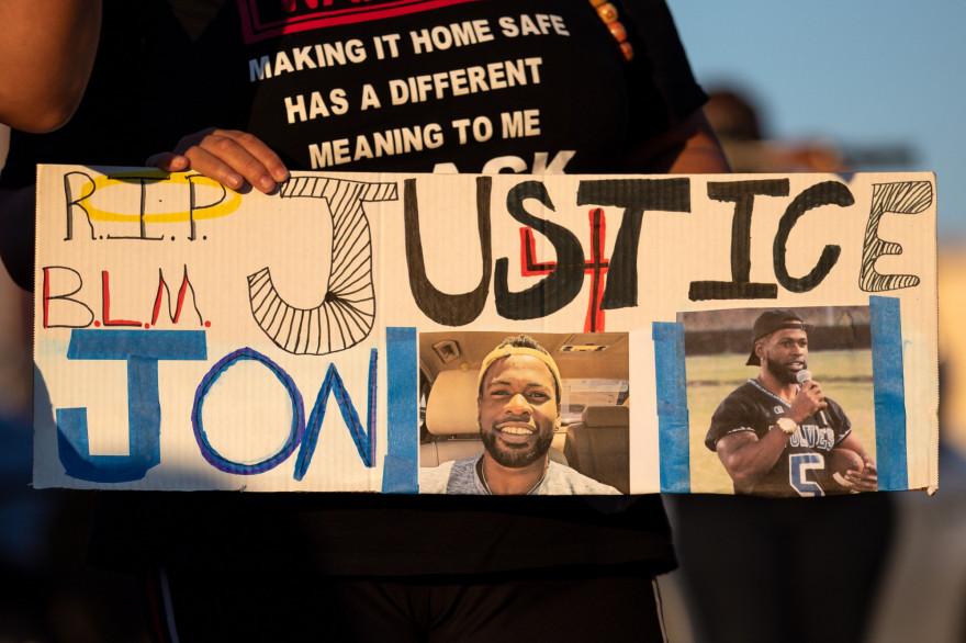 Des gens rassemblés pour une marche et une veillée aux chandelles en l'honneur de Jonathan Price le 5 octobre à Wolfe City, au Texas.