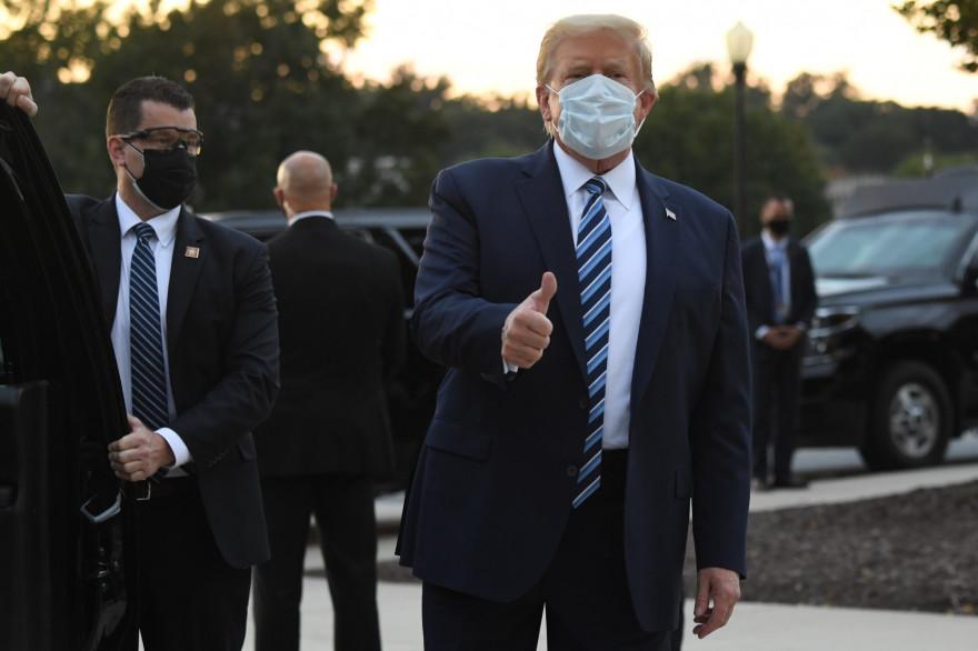 Le président américain Donald Trump, qui quitte le centre médical de Walter Reed, le 5 octobre 2020.