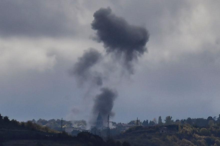 De la fumée s'élève après un bombardement près de la cathédrale de Ghazanchetsots dans la ville historique de Shusha, à une quinzaine de kilomètres de Stepanakert, la capitale de la province contestée du Haut-Karabakh, le 8 octobre 2020.