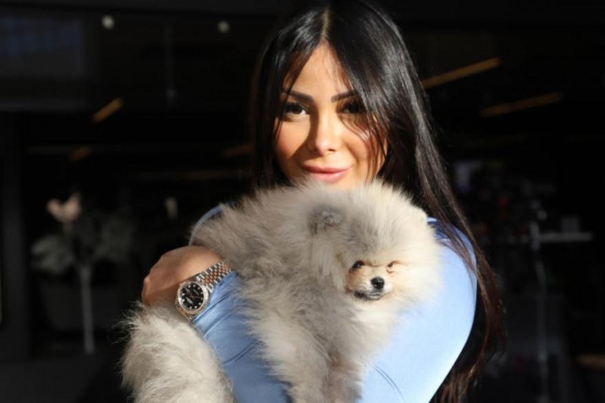 Maeva Ghennam avec son chien Hermes