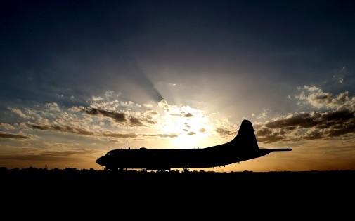 Un avion militaire japonais participe aux recherches du Boeing de Malaysia Airlines disparu, le 23 mars 2014.