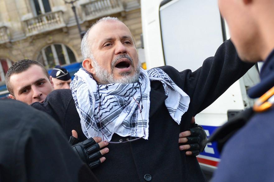Abdelhakim Sefrioui à Paris en 2012, lors d'une arrestation pour un rassemblement pro-palestinien interdit