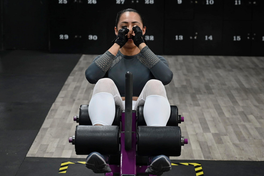 Une femme faisant de sport dans une salle de fitness (illustration).