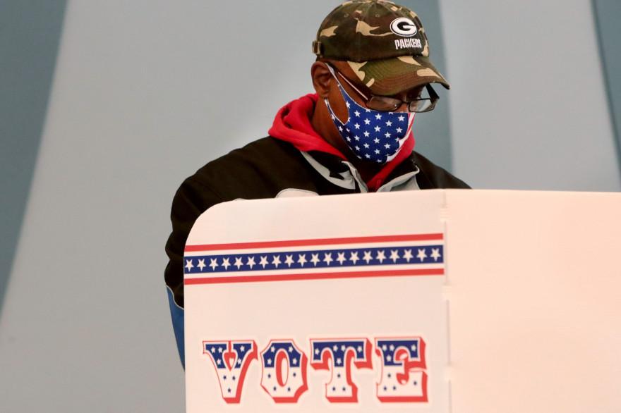 Un homme vote dans le Milwaukee, le 20 octobre 2020