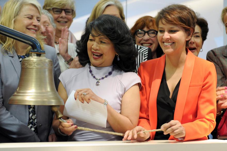 La ministre des Droits des femmes Najat Vallaud-Belkacem aux côtés d'Irene Natividad,  fondatrice de l'ONG Global Summit of Women, le 4 juin 2014 dans les locaux d'Euronext à Paris