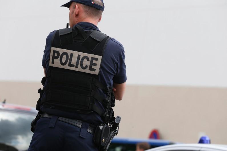 Un policier assurant la sécurité lors d'un déplacement de Manuel Valls à Saint-Denis, le 2 juin 2014 (image d'illustration)