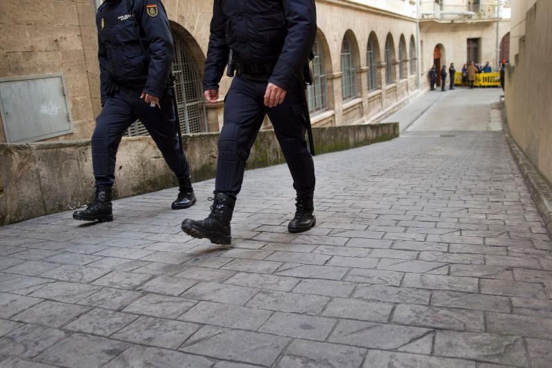 Des policiers espagnols patrouillent dans les rues de Palma de Majorque, le 25 janvier 2014 (image d'illustration)