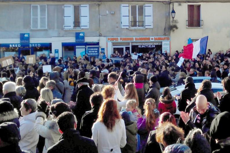 """Le rassemblement républicain du 11 janvier 2015 à Dammartin-en-Goële (Seine-et-Marne), où les frères Kouachi, auteurs présumés de la fusillade contre """"Charlie Hebdo"""", s'étaient retranchés le 9 janvier, avant d'être tués par les forces de l'ordre."""