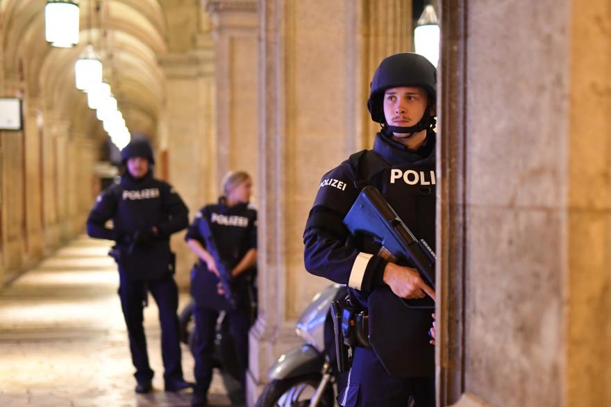 Sute à des tirs survenus près d'une synagogue de Vienne en Autriche, la police demande à la population de s'écarter des lieux publics et des transports en commun.