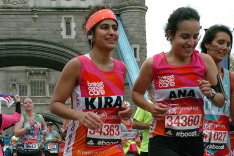 Kiran Gandhi (à gauche) a couru le marathon de Londres de 2015 sans protection hygiénique
