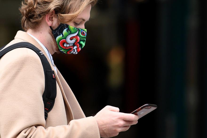 Un homme à Londres portant un masque pendant la pandémie de Covid-19