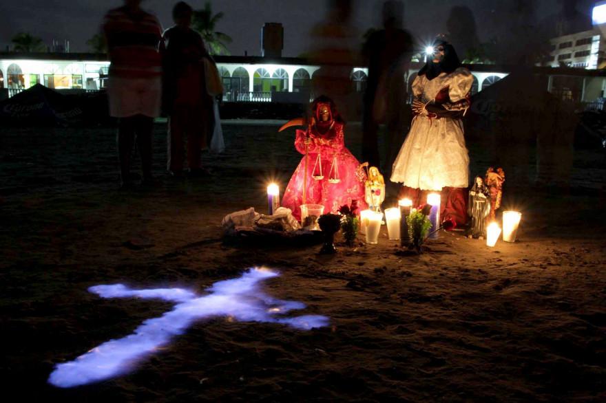 """Des croyants en train d'accomplir un rituel de purification du culte de la """"Santa Muerte"""" sur la plage de Veracruz au Mexique, le 27 septembre 2015."""