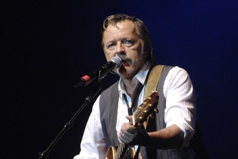 Le chanteur Renaud sur scène