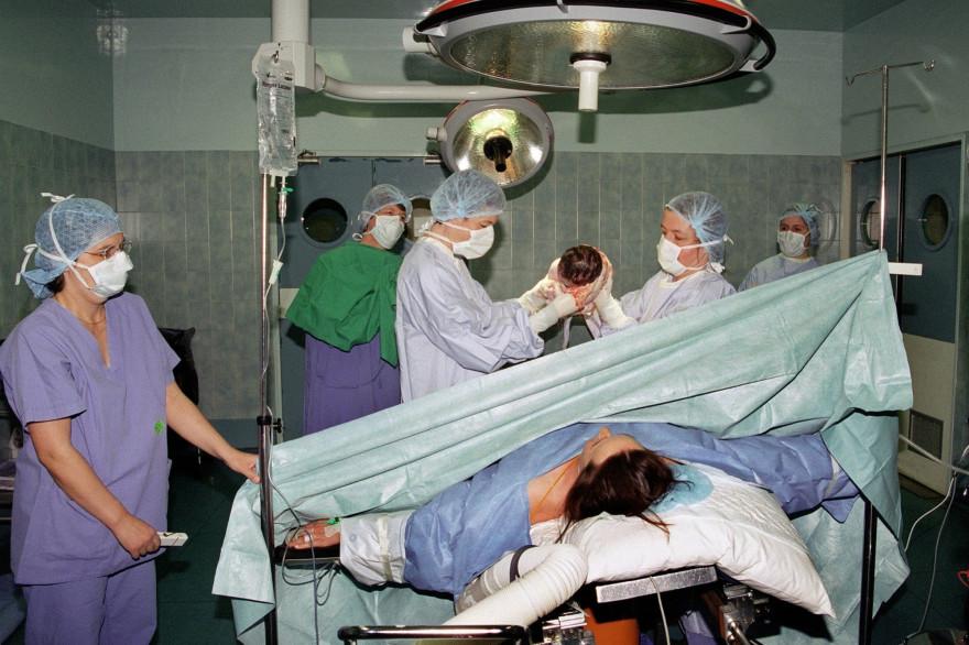 Des gynécologues lors d'un accouchement (image d'illustration)