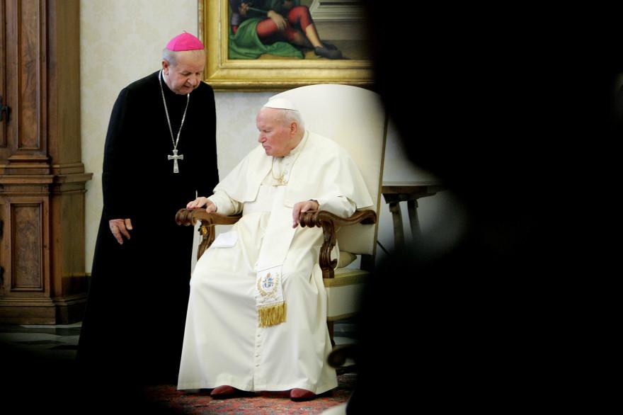 Le secrétaire et ami du pape Jean Paul II, le cardinal Stanislaw Dziwisz, avec Jean-Paul II, le 12 novembre 2004 au Vatican