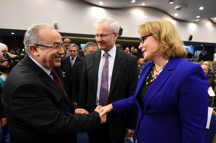 L'ambassadrice américaine Joan Polaschik (à droite), aux côté du ministre des Affaires étrangères algérien Ramtane Lamamra.