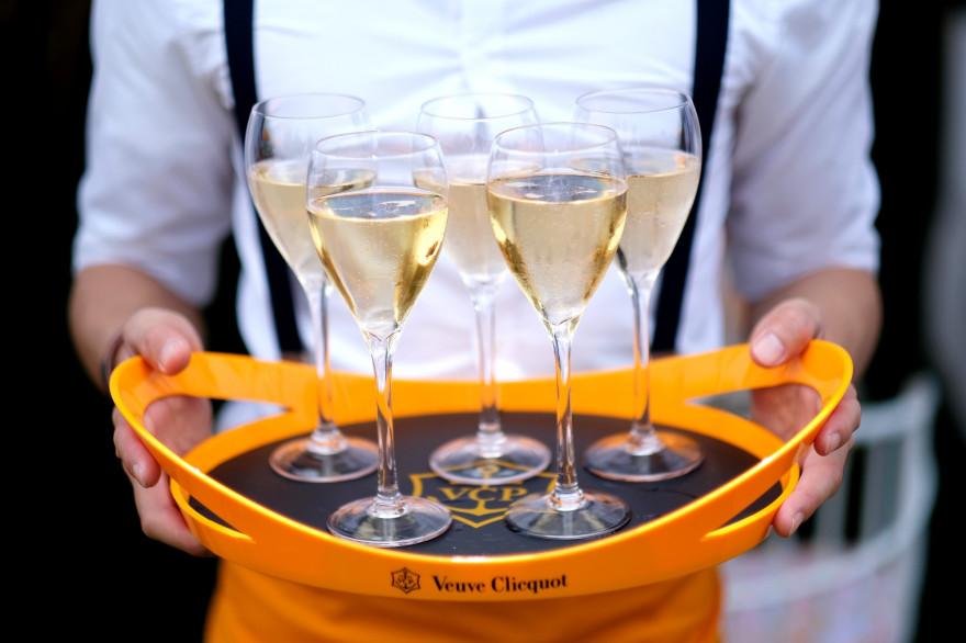 Des coupes de champagne (illustration)