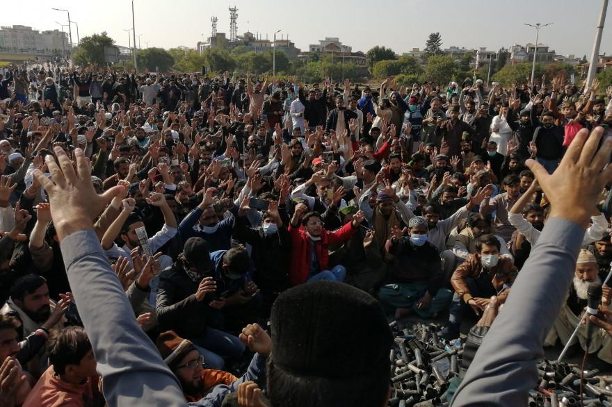 Des manifestants et supporters du parti Tehreek-e-Labbaik Pakistan (TLP) à Islamabad (Pakistan), le 16 novembre 2020.
